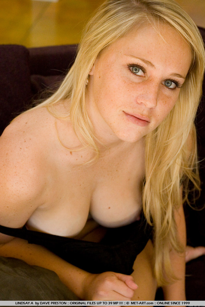image Pregnant blonde beauty in the bathroom